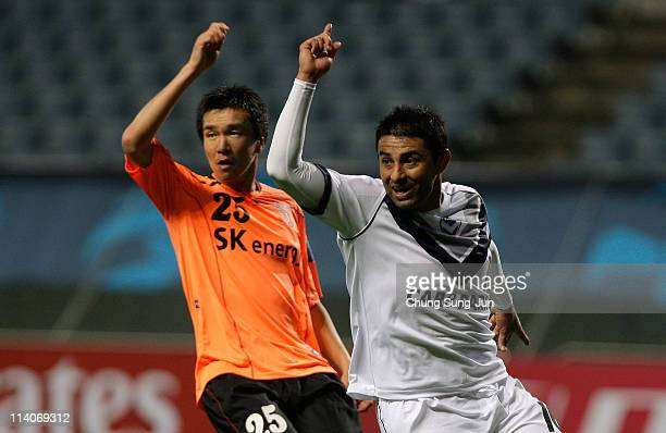 Carlos Hernandez of Melbourne Victory and Kang JoonWoo of Jeju United react during the AFC Champions League Group E match between Jeju United and the...