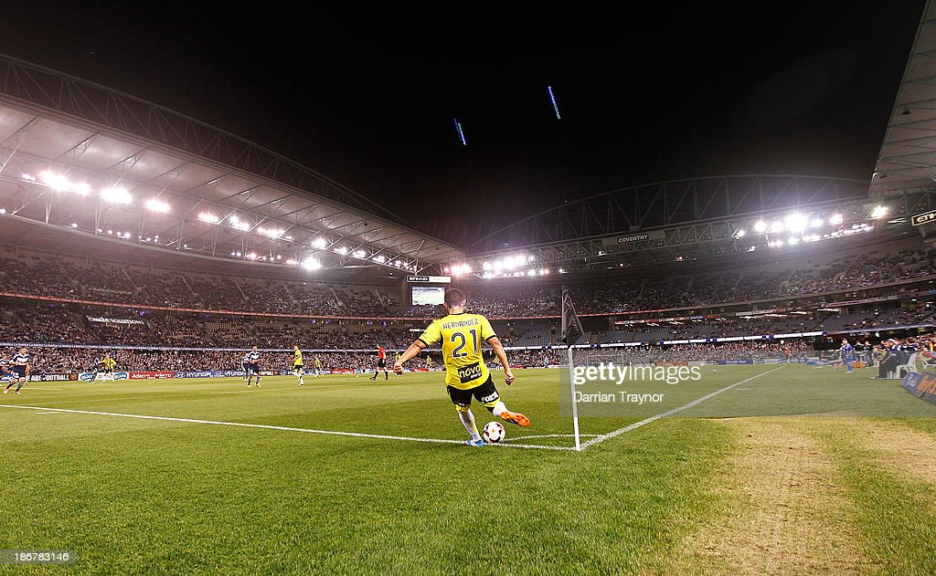 Carlos Hernandez of the Phoenix kicks in from the corner during the round four A-League match between Melbourne Victory and Wellington Phoneix at Etihad Stadium on November 4, 2013 in Melbourne, Australia.
