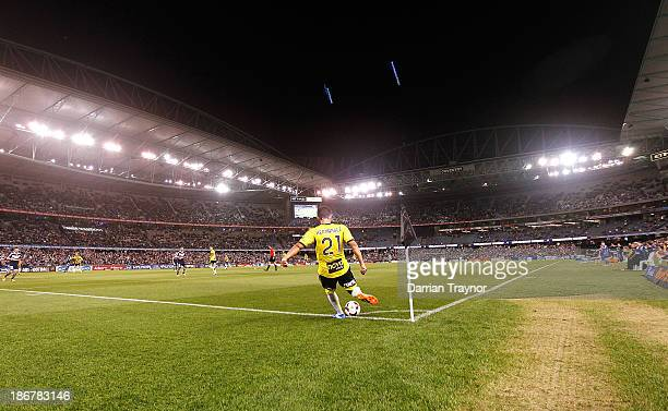 Carlos Hernandez of the Phoenix kicks in from the corner during the round four ALeague match between Melbourne Victory and Wellington Phoneix at...