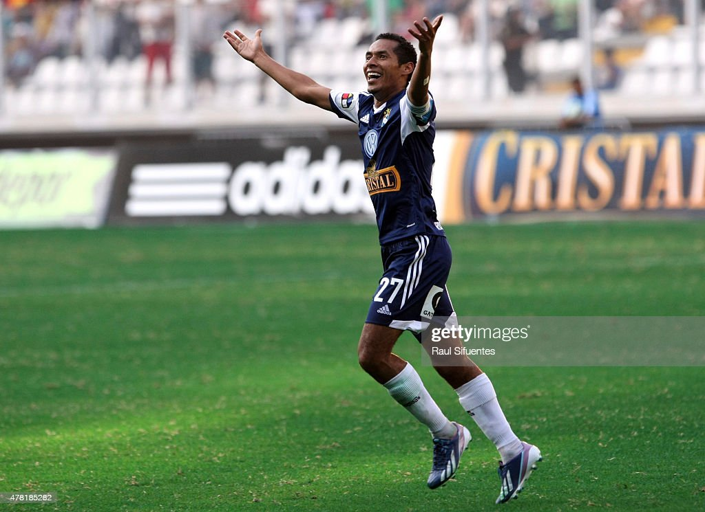 Carlos Lobaton of Sporting Cristal celebrates a goal against Universitario during a match between Sporting Cristal and Universitario as part of the Torneo Descentralizado 2013 at the National Stadium on April 28, 2013 in Lima, Peru
