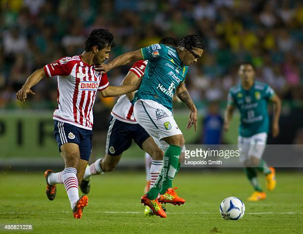 Carlos Peña of León fights for the ball with Oswaldo Alanis and Juan Basulto of Chivas during the Final match between Leon and Chivas as part of the...