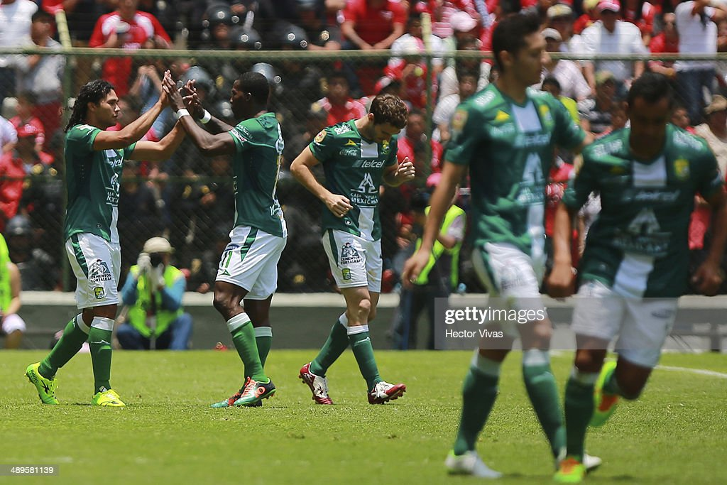 Carlos Peñ–a of Leon celebrates with his teammates after scoring the opening goal against Toluca during the Semifinal second leg match between Toluca and Leon as part of the Clausura 2014 Liga MX Playoffs at Nemesio Diez Stadium on May 11, 2014 in Toluca, Mexico.