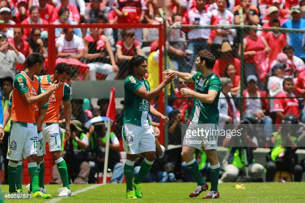Carlos Pe–ña of Leon celebrates with his teammates after scoring the opening goal against Toluca during the Semifinal second leg match between Toluca...