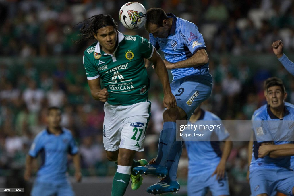 Carlos Peña of Leon fights for the ball with JoseŽ Luis Sa‡nchez of Bolivar during a second round match between Leon and Bolivar as part of the Copa Bridgestone Libertadores 2014 at Leon Stadium on April 16, 2014 in Leon, Mexico.