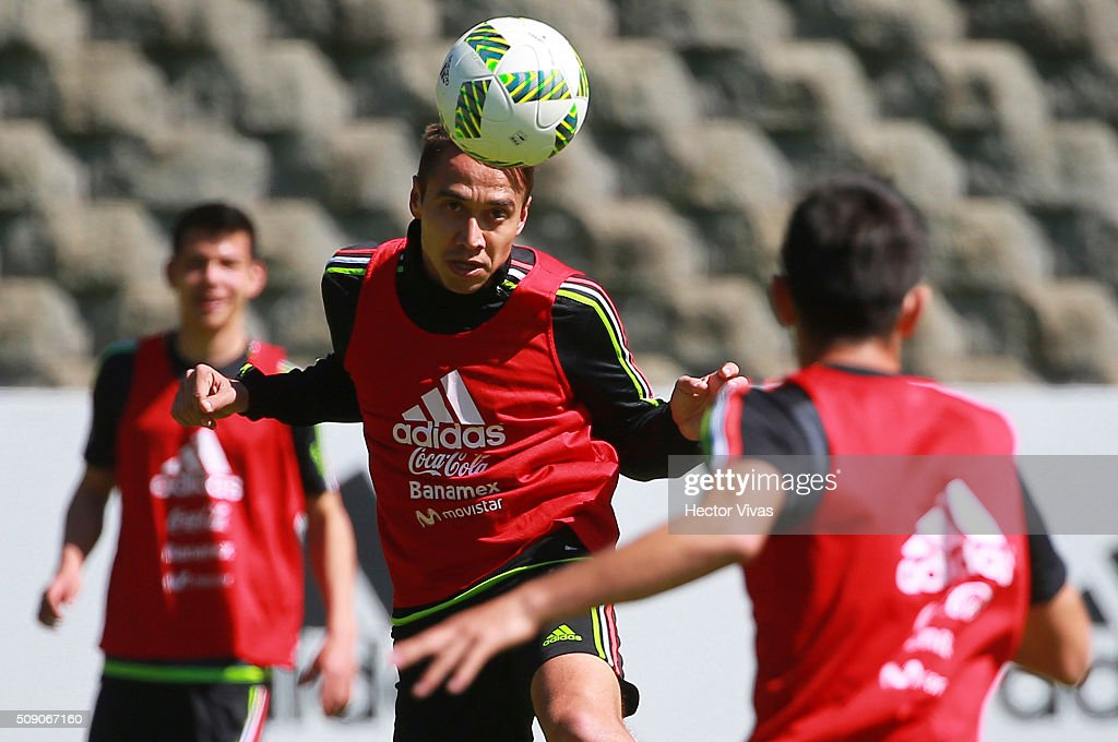 Carlos Rodriguez heads the ball during a Mexico training session at Centro de Alto Rendimiento on February 08, 2016 in Mexico City, Mexico. Mexico will face Senegal on February 10, 2016. (Photo by Hector Vivas/LatinContent