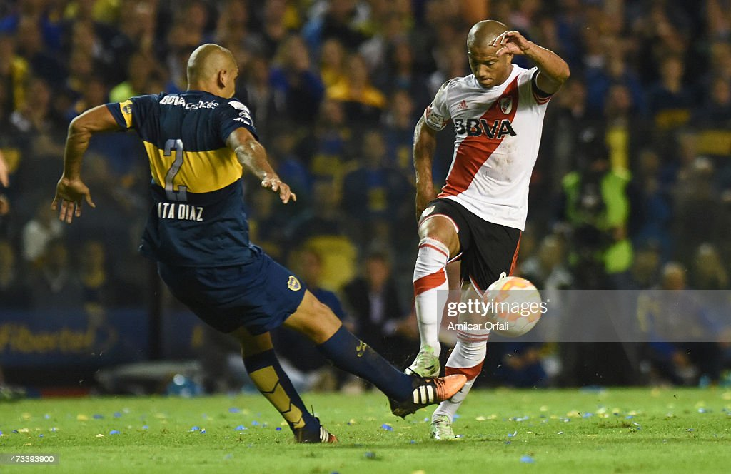 Carlos Sanchez of River Plate and Daniel Diaz of Boca Juniors fight for the ball during a second leg match between Boca Juniors and River Plate as part of round of sixteen of Copa Bridgestone Libertadores 2015 at Alberto J. Armando Stadium on May 14, 2015 in Buenos Aires, Argentina.