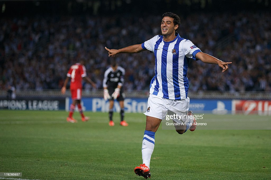 <a gi-track='captionPersonalityLinkClicked' href=/galleries/search?phrase=Carlos+Vela&family=editorial&specificpeople=2217707 ng-click='$event.stopPropagation()'>Carlos Vela</a> of Real Sociedad celebrates scoring their second goal during the UEFA Champions League Play-offs second leg match between Real Sociedad and Olympique Lyonnais at Estadio Anoeta on August 28, 2013 in San Sebastian, Spain.
