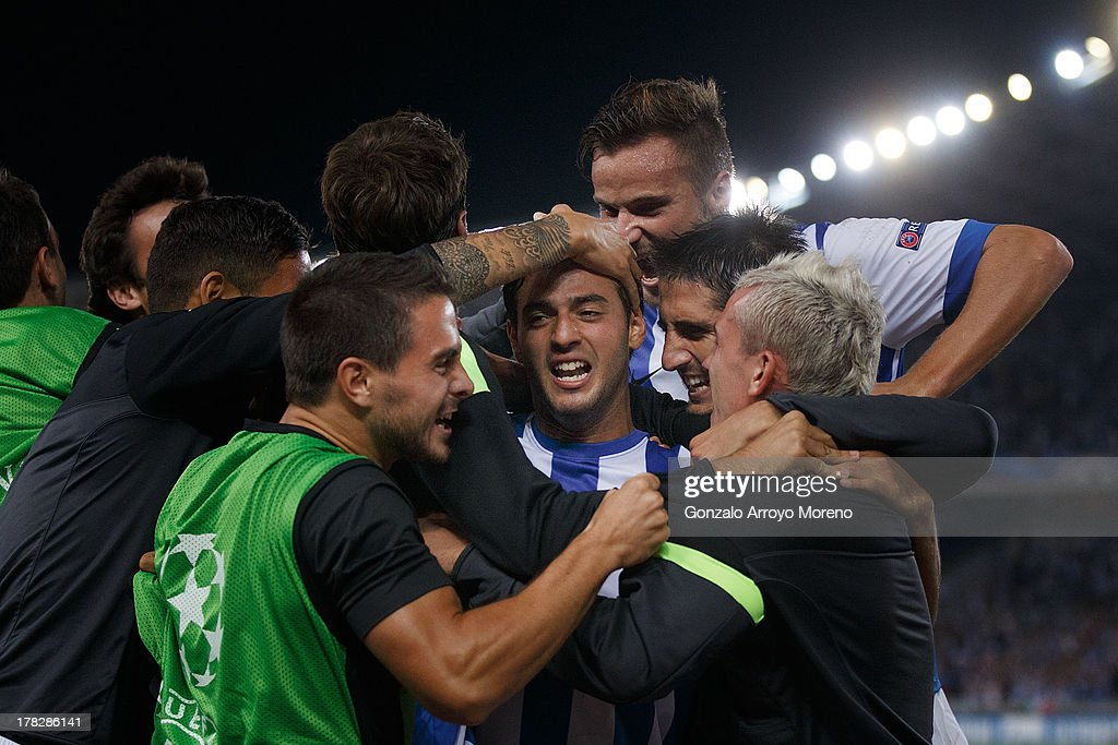 <a gi-track='captionPersonalityLinkClicked' href=/galleries/search?phrase=Carlos+Vela&family=editorial&specificpeople=2217707 ng-click='$event.stopPropagation()'>Carlos Vela</a> of Real Sociedad celebrates with teammates after scoring their second goal during the UEFA Champions League Play-offs second leg match between Real Sociedad and Olympique Lyonnais at Estadio Anoeta on August 28, 2013 in San Sebastian, Spain.
