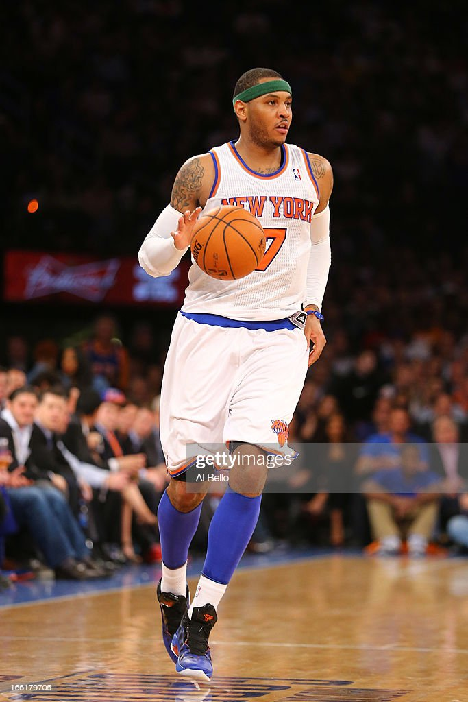 Carmelo Anthony #7 of the New York Knicks dribbles the ball upcourt against the Washington Wizards during their game at Madison Square Garden on April 9, 2013 in New York City.