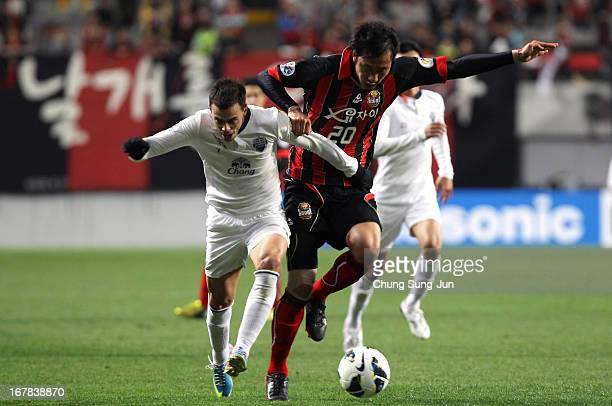 Carmelo Jose Gonzalez Jimenez of Buriram United tussles for possession with Han TaeYou of FC Seoul during the AFC Champions League Group E match...