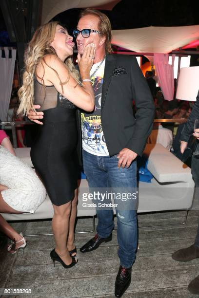 MUNICH GERMANY JUNE 26 Carmen Geiss kisses her husband Robert Geiss during the Movie meets Media Party during the Munich Film Festival on June 26...