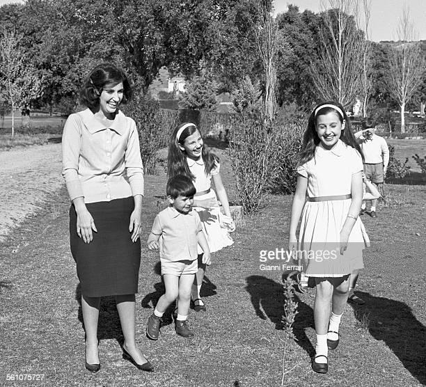 """Carmen Martinez Bordiu Marquise de Villaverde daughter of Francisco Franco with her children in the gardens of the """"Palacio del Pardo"""" El Pardo..."""