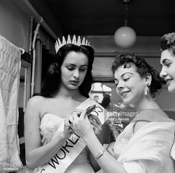Carmen Susana Duijim Zubillaga Miss World 1955 Londres 20 octobre 1955 Dans un vestiaire après l'élection portrait de Carmen Susana DUIJIM ZUBILLAGA...
