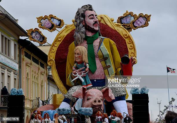 Carnival floats parade through the streets of Viareggio during the traditional carnival on February 7 2016 in Tuscany / AFP / CLAUDIO GIOVANNINI