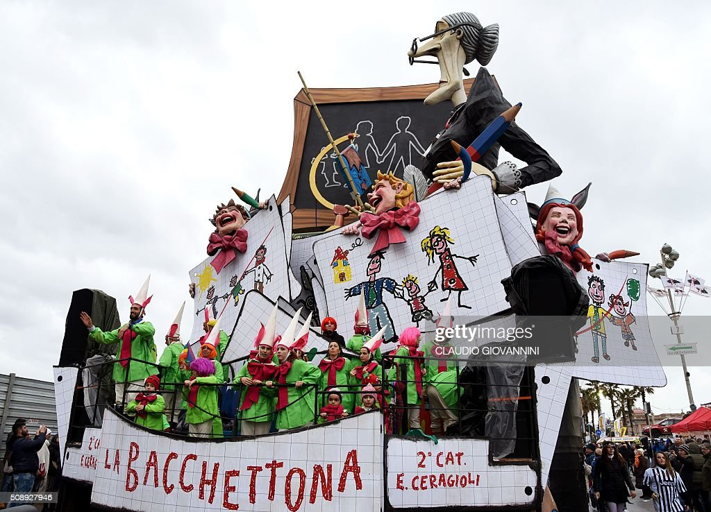 Carnival floats parade through the streets of Viareggio during the traditional carnival on February 7, 2016 in Tuscany. / AFP / CLAUDIO GIOVANNINI