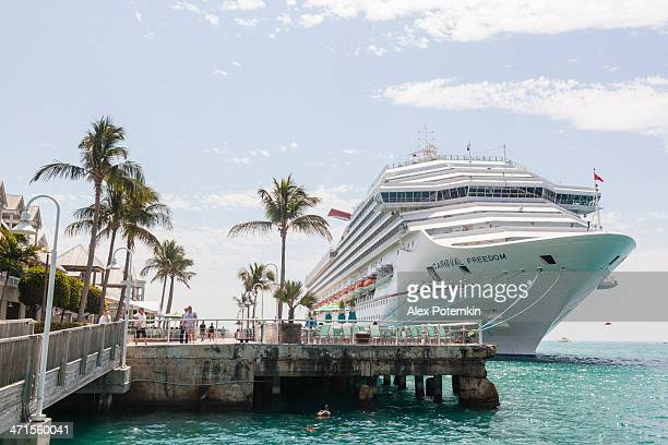 Carnival cruise revestimiento on moorage la libertad en Key West