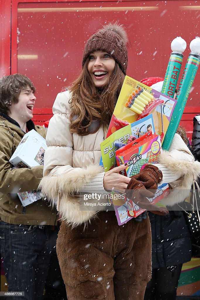 <a gi-track='captionPersonalityLinkClicked' href=/galleries/search?phrase=Carol+Alt&family=editorial&specificpeople=202034 ng-click='$event.stopPropagation()'>Carol Alt</a> attends CitySightseeing New York 2013 holiday toy drive at PAL's Harlem Center on December 14, 2013 in New York City.