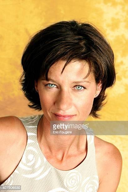 Carole Gaessler on the set of TV show 'Piques et Polemiques'
