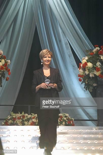 Carolin Reiber 25 Jahre im ZDF 'Superhitparade der Volksmusik auf Tournee' Bremen Moderatorin schwarzer Hosenanzug mit Chiffonhose Blazer und...