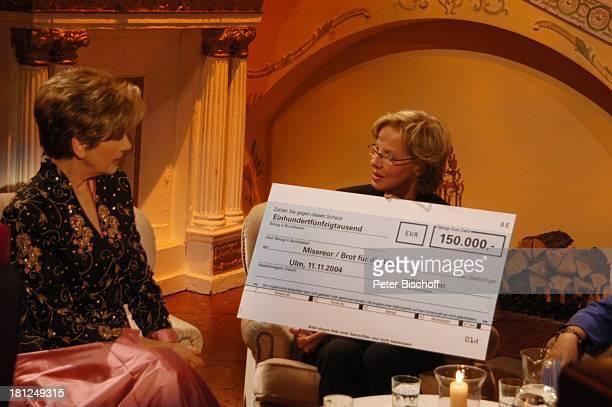 Carolin Reiber Dr Anette Lietz ZDFShow 'Winterwunderland' 'Bavaria Studios'/München Benefizgala 'Brot für die Welt' 'Misereor' Scheck Spenden Spende...