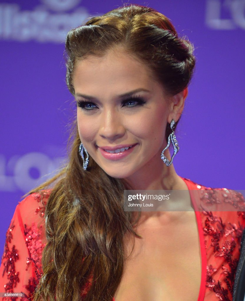 http://media.gettyimages.com/photos/carolina-miranda-arrives-at-telemundos-2017-premios-tu-mundo-at-on-picture-id838666610