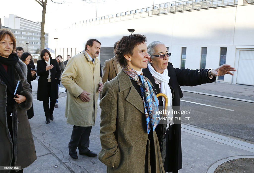 Carolina Toha (C), mayor of Santiago in Chile, listens to explanations on January 30, 2013 in a street in Paris, during her joint visit with Paris' deputy Mayor and socialist party candidate for the 2014 municipal elections, Anne Hidalgo (3rd , background) to the 'Paris Rive Gauche' construction project site.