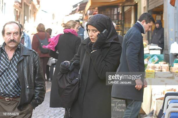 Three Weeks Under The Veil La journaliste Caroline FONTAINE a vécu trois semaines en portant le voile islamique pour observer les réactions des...