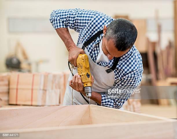 Carpinteiro montar uma peça de mobiliário e de colchões