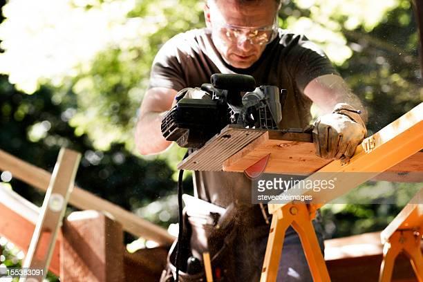 Tischler Schneiden Holz Plank mit Kreissäge.