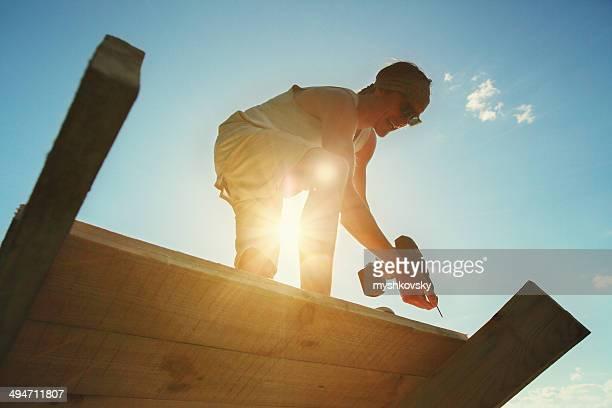 Carpenter drilling Holz