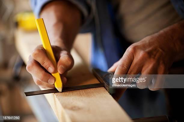 Carpinteiro marcar uma prancha de Madeira