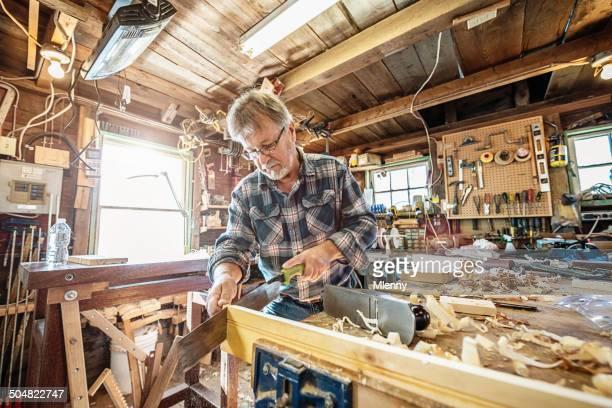 Carpenter Scier bois dans son atelier