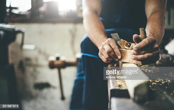 Tischler Abschaben Holz mit Hobel