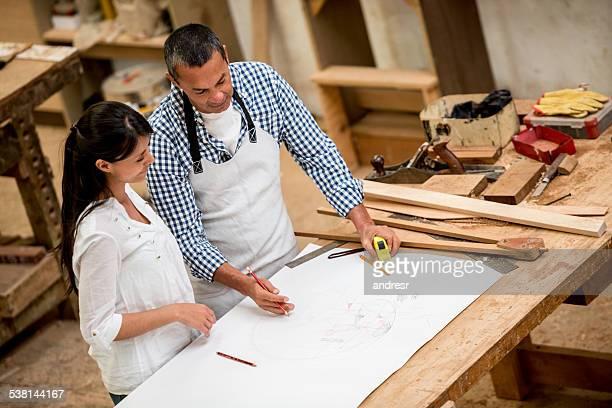 Carpinteiro falar com Cliente sobre o Modelo