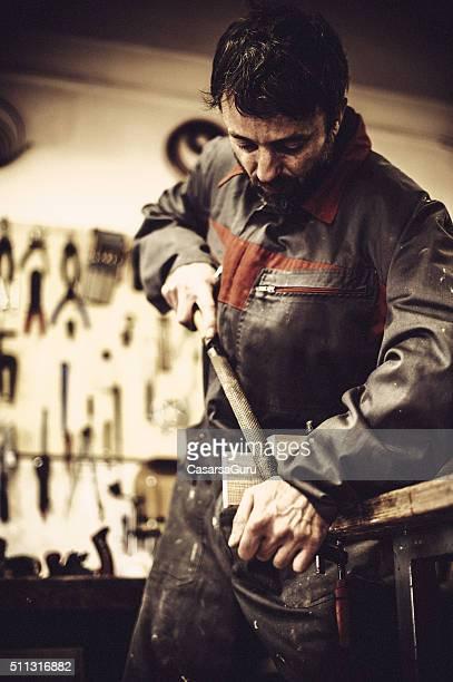 Carpentiere usando Lima a Falegnameria
