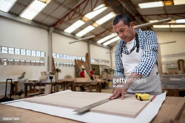 Schreiner arbeiten auf ein Stück Holz