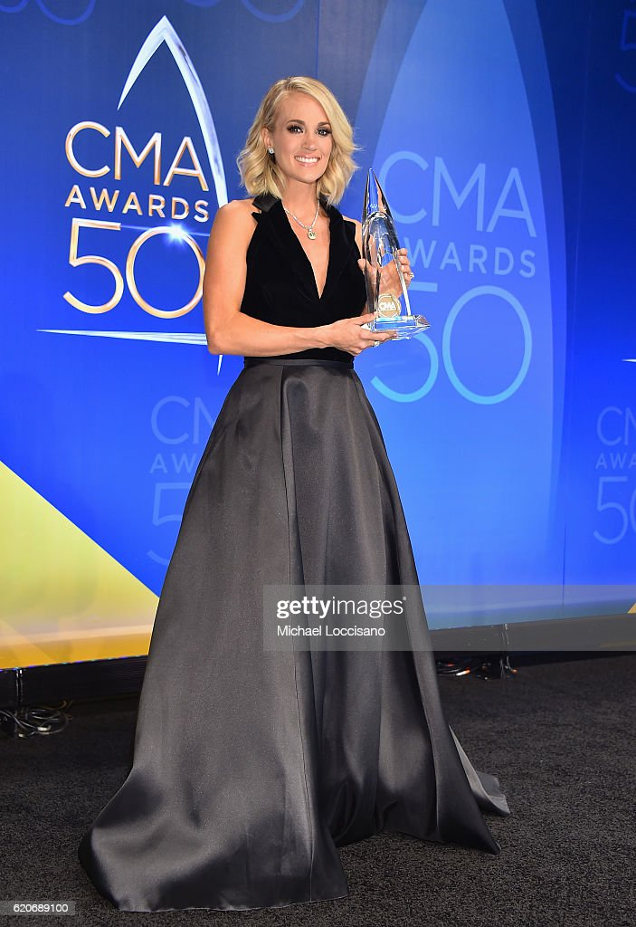 carrie-underwood-poses-for-a-photo-in-the-press-during-during-the-picture-id620689100