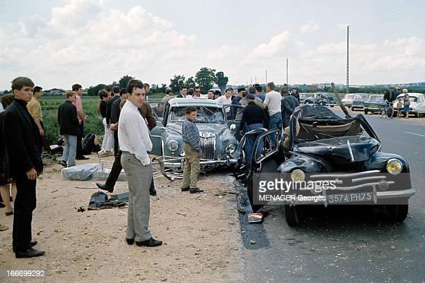 Cars Accident In St Ouen L'Aumone SaintOuen l'Aumône juillet 1966 Sur le bord d'une route un groupe de personnes non identifiées autour de deux...