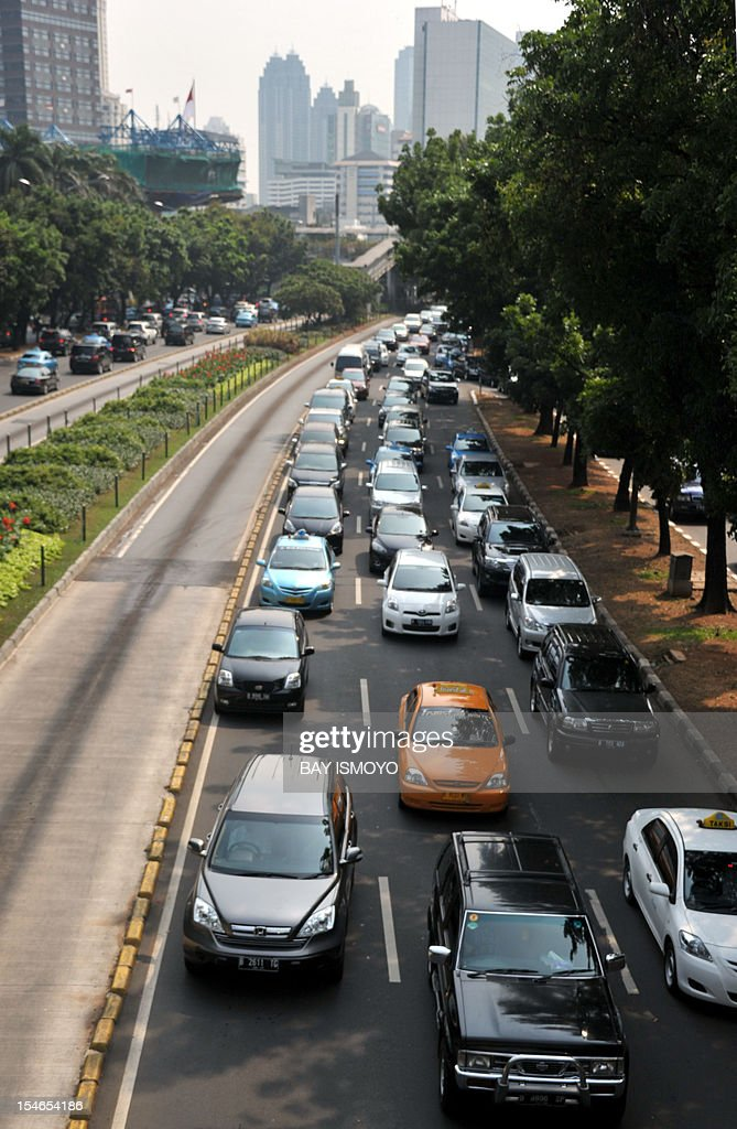Cars crowd Jakarta's main road during the lunch break rush hour on October 24, 2012. Indonesia's foreign direct investment hit a record high in the third quarter, a signal the biggest economy in Southeast Asia remains strong despite global financial woes, a top investment official said. AFP PHOTO / Bay ISMOYO