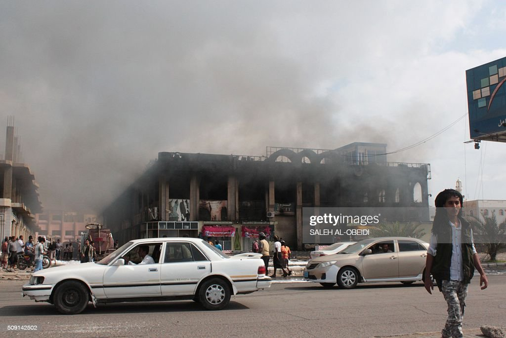 Cars drive past the Shamel shopping centre in the Mansura suburb of Aden on February 9, 2016, in the aftermath of clashes between forces loyal to Yemen's Saudi-backed President Abedrabbo Mansour Hadi and al-Qaeda members. Yemeni forces clashed with Al-Qaeda militants in Aden as the Saudi-led coalition provided air cover, in a bid to drive the jihadists out of the city, security officials said. / AFP / SALEH AL-OBEIDI