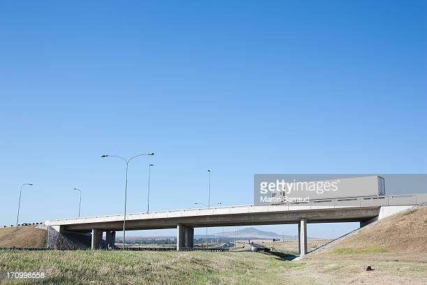 Voitures conduite sous le pont