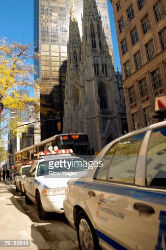 Cars parked at the roadside, St. Patrick's Cathedral, Manhattan, New York City, New York State, USA : Foto de stock
