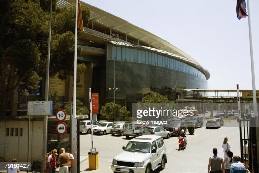 Cars parked in front of a building, Barcelona, Spain : Foto de stock