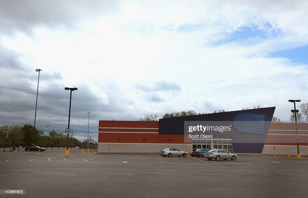 Cars sit in the parking lot of a shuttered Best Buy Store on April 16, 2012 in Chicago, Illinois. The store, which closed April 14, is one of six stores the struggling electronics retailer has scheduled for closure in the Chicago area and one of fifty nationwide in an attempt to cut $250 million in costs for the 2013 fiscal year.