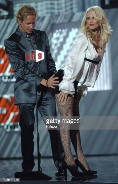 Carson Kressley and Jenny McCarthy presenters of the Big Stylin' award