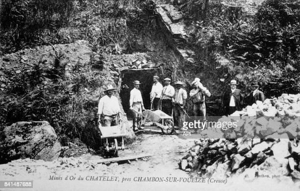 Carte postale illustrée d'une photographie de mineurs à l'entrée des mines d'or du Châtelet près de ChambonsurVoueize dans la Creuse en France
