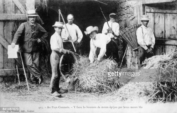 Carte postale illustrée par la photographie d'agriculteurs de la Creuse qui travaillent la paille à la ferme en France