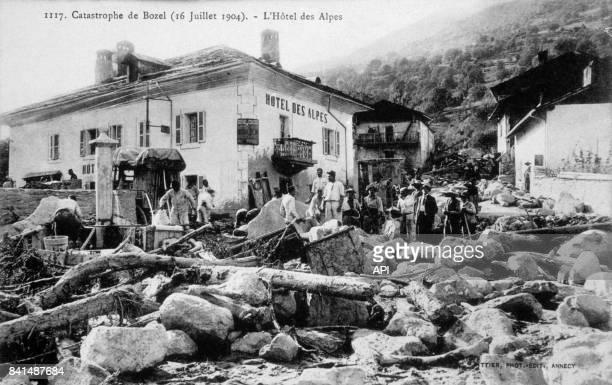 Carte postale illustrée par la photographie de Bozel et l'hôtel des Alpes après l'inondation le 16 juillet 1904 en France