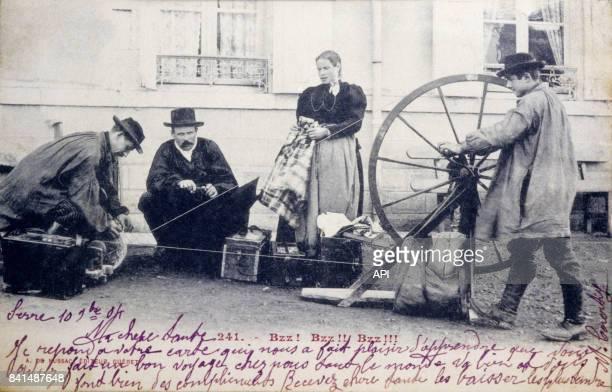 Carte postale illustrée par la photographie de fileurs dans une rue en Creuse France