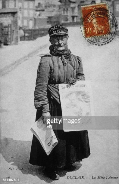 Carte postale illustrée par la photographie de 'La Mère l'Amour' vendeuse du journal 'Le Petit Parisien' à Duclair en France